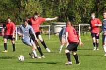 Důležité body v cestě za záchranou získali v páteční předehrávce III. třídy fotbalisté Branek (červené dresy) v souboji proti Choryni B.