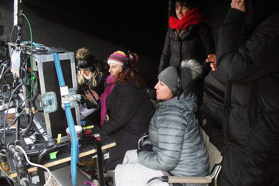 Herci a filmaři dokončili natáčení valašské pohádky Největší dar. V pátek 17. ledna 2020 dotáčeli v Podlesí záběry pro promo videa. Režie se ujaly Daria Hrubá (uprostřed) a Marta Gerlíková (sedící vpravo).