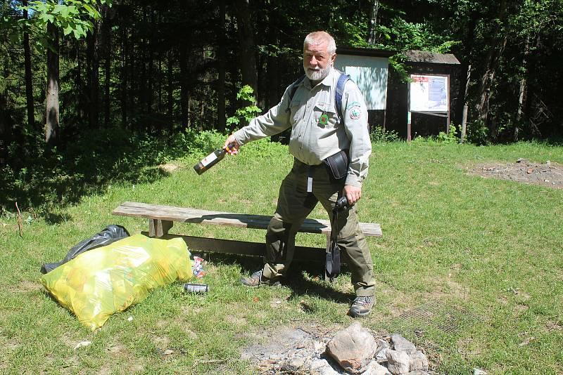 Jaromír Navrátil je dobrovolným strážcem CHKO Beskydy. Pulčínské skály mu učarovaly už v dětství. Je i okolí chrání už přes čtyřicet let.  I ve zdejším veřejném tábořišti je nutné udržovat pořádek.
