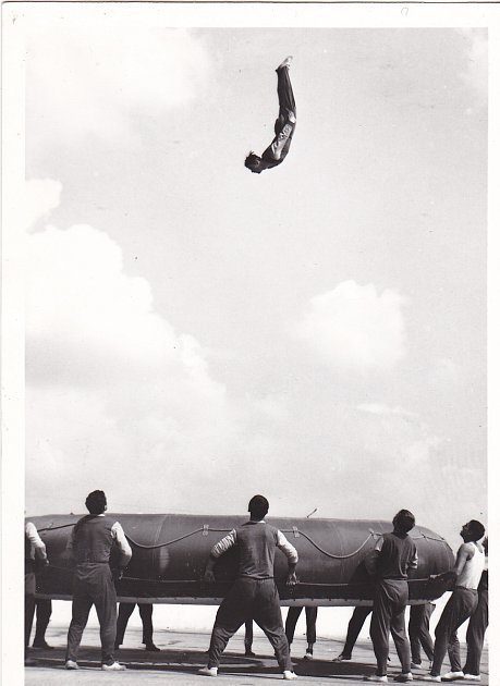 5.Vrepublice se na trampolíně zpočátku vůbec neskákalo závodně. Byly spartakiády, na kterých cvičili vojáci. Pak ti bývalí vojáci zorganizovali první celostátní závod. Napsal jsem jim, že bych se rád sgymnastkami zúčastnil. Nacvičili jsme sestavy, sezn