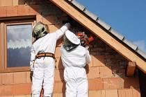 Členové jednotky profesionálních hasičů odstraňují sršní hnízdo na domu v Horní Lidči.