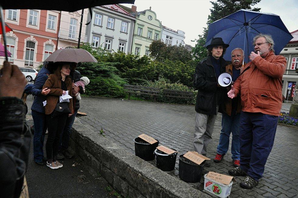 Na náměstí ve Valašském Meziříčí se v neděli 23. května 2021 uskutečnila další demonstrace ze řeku Bečvu bez jedů.  Řečníci zleva: Jan Husák, Stanislav Pernický z rybářského svazu a toxikolog Ivan Holoubek.