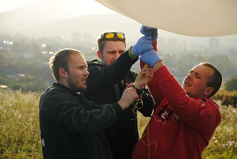 Vypouštění stratosférických balónů v Partizánskem (SK) - na snímku slovenští astronomové připravují ke startu latexový balón naplněný héliem; sobota 9. října 2021