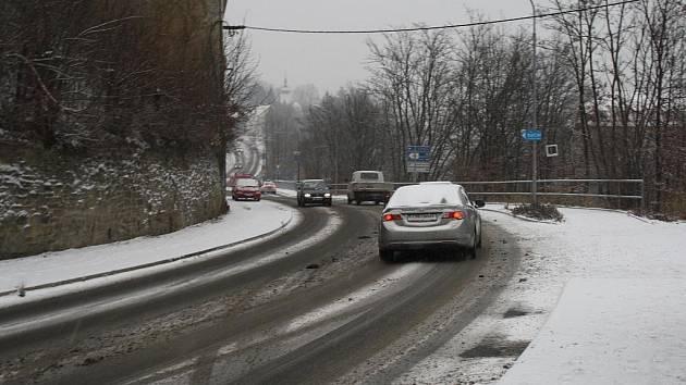 Silnice na Valašsku zasáhly první sněhy. Podle ředitelství správy silnic jsou však prozatím všechny průjezdné.