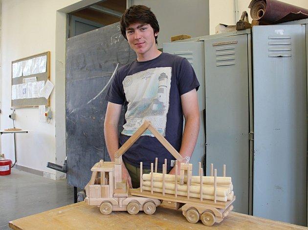 Učeň druhého ročníku oboru truhlář Ondřej Kovář se i letos zapojil do celostátní soutěže Zlaté české ručičky. Letos vyrobil kladovku se dřevem.