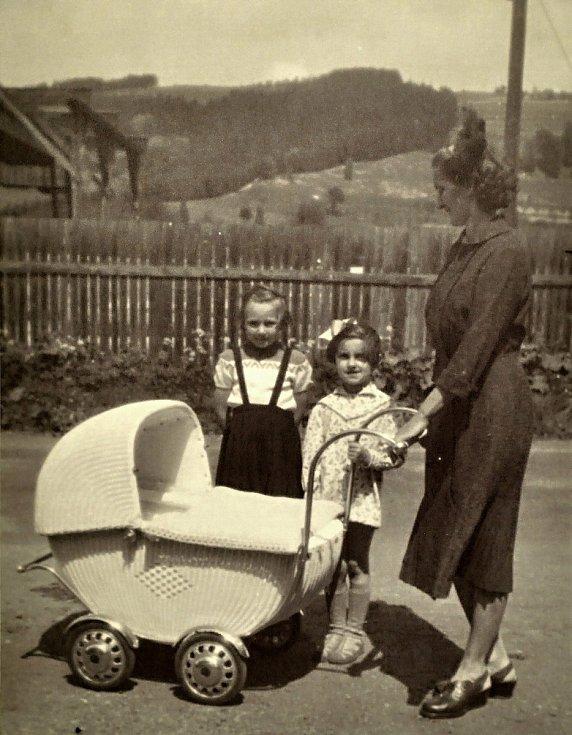 Součástí výstavy historických kočárků s názvem Až přiletí čáp v Muzeu regionu Valašsku na vsetínském zámku jsou také dobové fotografie.