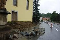 V centru Branek na Valašskomeziříčsku opravují betonovou zídku u kostela.