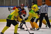 Numeri Valmez liga amatérských hokejistů: Velké Karlovice (žluté dresy) vs. Retofy. Ilustr. foto