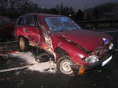 Srážka popelářského vozidla a dvou osobních automobilů
