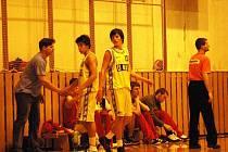 Juniorští basketbalisté Valašského Meziříčí U18 (žluté dresy).