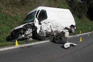 Dopravní nehoda dodávky a osobního automobilu na výjezdu z obce Dolní Bečva na Vsetínsku