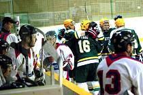 Hokejisté Vsetína (zelené dresy) v 18. kole druhé ligy doma porazili Uherské Hradiště 6:2