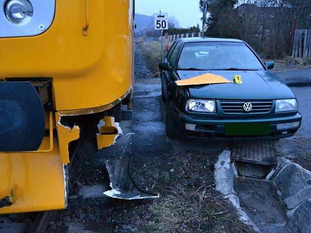 Řidič osobního vozu zřejmě špatně zařadil rychlost a ve čtvrtek 9. března 2017 ráno vjel v Huslenkách na Vsetínsku přímo pod projíždějící vlak. Nikdo se naštěstí nezranil.