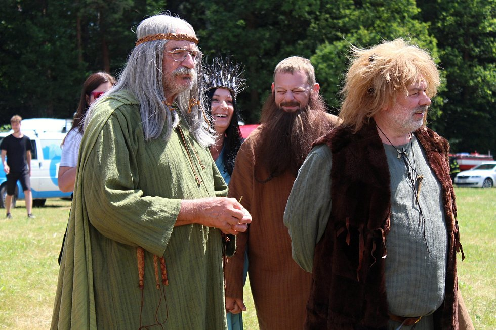Filmaři pokračovali 3. července 2019 na kopci na Podlesím s natáčením pohádky Největší dar. Role bohů se zhostili také Pavel Nový a Zdeněk Hrachový ze skupiny Fleret.