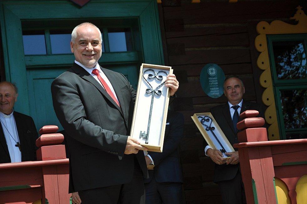 Generální ředitel Národního muzea v přírodě Jindřich Ondruš se symbolickým klíčem od obnovené chaty Libušín na Pustevnách v Beskydech; čtvrtek 30. července 2020