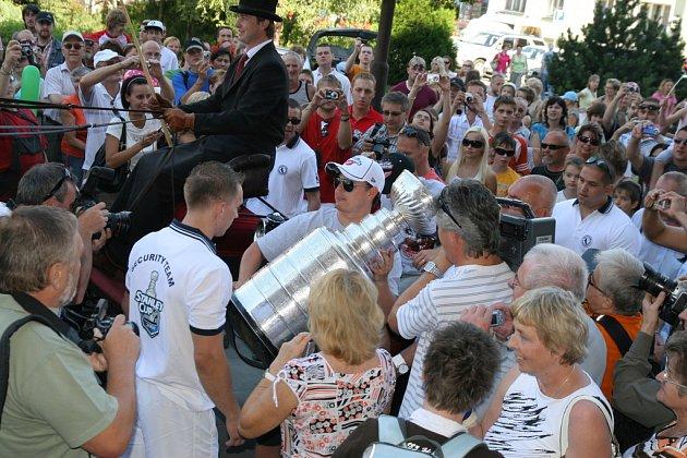 Slavnou trofej Stanley Cup přivezl ve čtvrtek do Vsetína hokejista Jiří Hudler. Na oslavě nechyběli ani Dominik Hašek a slovenský hokejový útočník Tomáš Kopecký