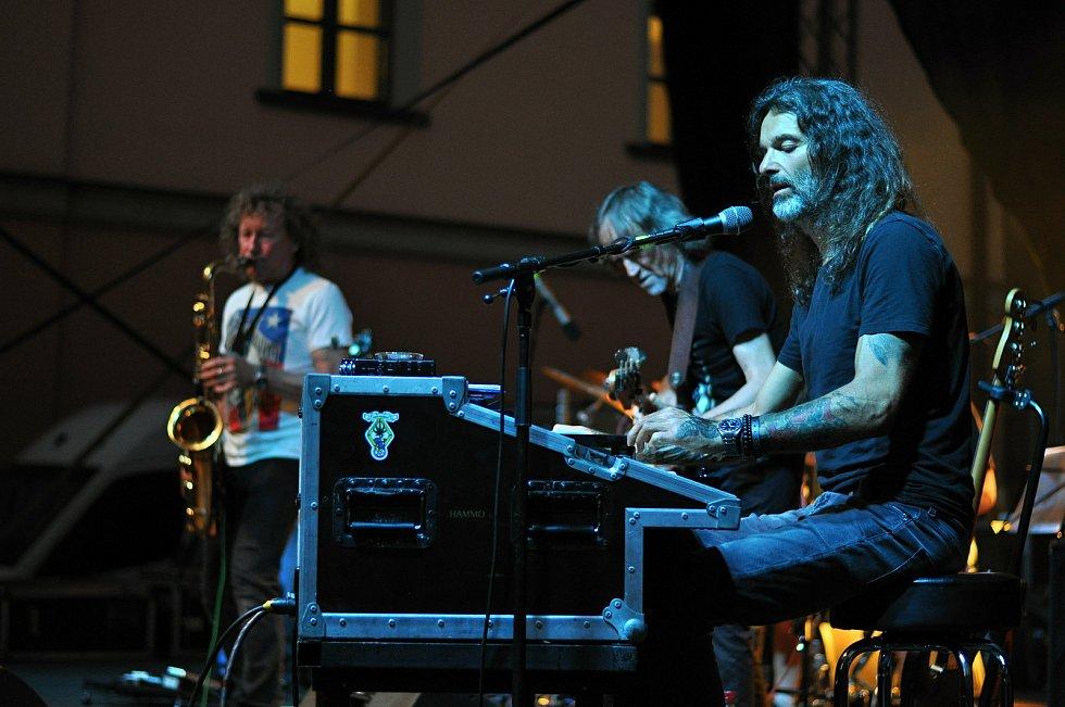 Kapela Flamengo Reunion Session koncertuje na II. nádvoří zámku Žerotínů ve Valašském Meziříčí na 39. ročníku folk-blues-beat festivalu Valašský špalíček (na snímku v popředí Jan Holeček); sobota 26. června 2021
