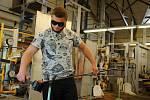 Studenti Střední uměleckoprůmyslové školy sklářské ve Valašském Meziříčí pracují na svých závěrečných pracích podle vlastních návrhů či podle předem daného zadání; středa 20. května 2020