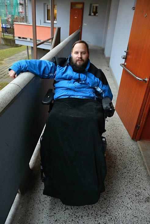 Tomáš Hajda ze Vsetína dojíždí do práce na invalidním vozíku každý den za každého počasí. Počátkem února 2021 odolával nízkým teplotám.