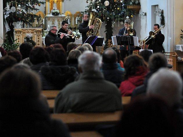 Koncert smíšeného pěveckého sboru Rosénka z Rožnova pod Radhoštěm v kostele sv. Antonína Paduánského v Dolní Bečvě v sobotu 3. ledna 2015. Hostem koncertu byly komorní žestě pod vedením Josefa Blinky