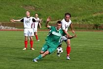 Do uplynulého 9. kola Tip ligy Valašského deníku bylo zařazeno i utkání divize E Valašské Meziříčí (světllé dresy) Karviná B. Domácí doma propadli a prohráli vysoko 0:4, což většinu tipujících nemile překvapilo.