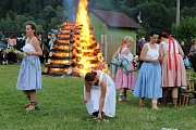 Členové folklorního souboru Ostrévka uspořádali v pátek 22. června 2018 u Balatonu v Novém Hrozenkově svatojánské ohně.