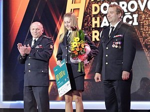 Ocenění v anketě Dobrovolní hasiči roku 2018 převzala na vyhodnocení soutěže v Brně za vítězný sbor z Ratiboře Tereza Staňková.