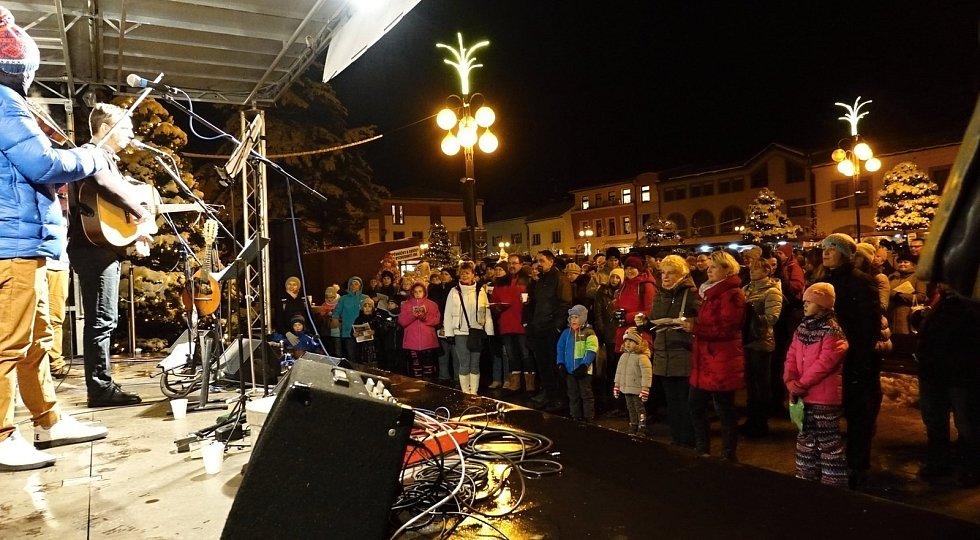 Rožnované si koledy s Deníkem zazpívali na Masarykově náměstí. Doprovodila je valašskomeziříčská kapela Docuku.