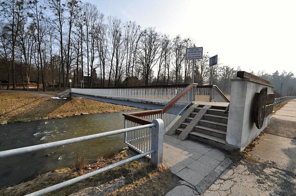 Lávka u Valašského muzea v přírodě v Rožnově pod Radhoštěm je v havarijním stavu, radnice chystá její celkovou opravu.