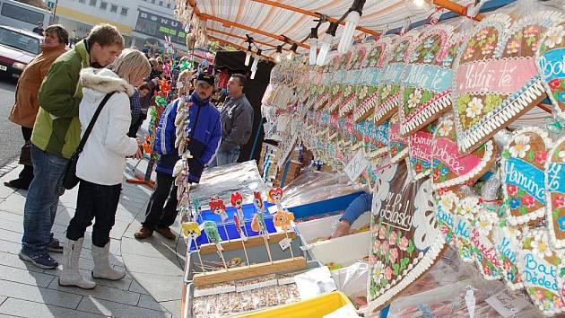 Masarykovo náměstí v Rožnově pod Radhoštěm ožilo tradičním Všesvatským jarmarkem
