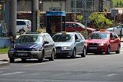 Stanoviště taxislužby ve Vsetíně u výškového domu před nádražím