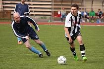 Fotbalisté Valašského Meziříčí B (pruhované dresy) doma přejeli Hrachovec 6:0.