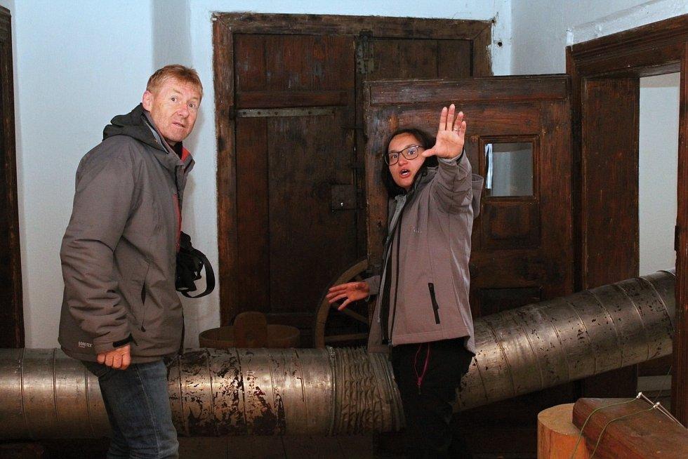Odborníci ničí dřevokazný hmyz v Karlovském muzeu horkým vzduchem. Vedoucí týmu Andrea Nasswettrová přibližuje postup starostovi Velkých Karlovic Miroslavu Koňaříkovi.
