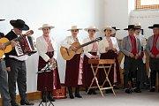 Taneční vystoupení chilského souboru Villa San Bernardo na Základní škole ve Velkých Karlovicích (28. června 2018).