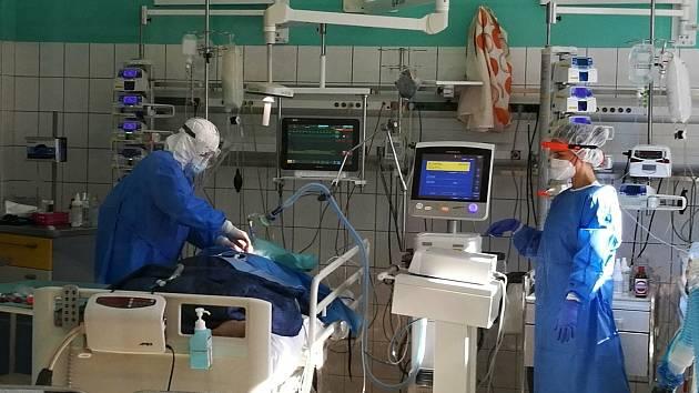 Zdravotníci na anesteziologicko-resuscitačním oddělení Vsetínské nemocnice pečují o covid pozitivní pacienty.