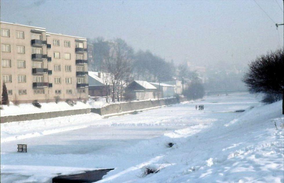 Vsetín, zamrzlá řeka Bečva, místní část Trávníky, 80. léta.