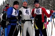 Dálkový běžec na lyžích Jan Talaš (uprostřed).