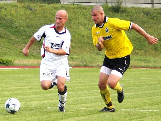 Fotbalisté Meziříčí (v bílém) v tomto utkání divize E podlehli doma Kravařům 0:1.
