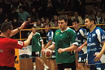 Házenkář Gumáren Zubří Marek Třeštík (v zeleném dresu s míčem).
