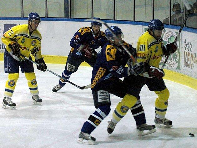 První čtvrtfinále play off: Valašské Meziříčí (modré dresy) porazilo Břeclav a ujalo se vedení v sérii 1:0.