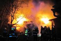 Požár dřevěné stavby v Hovězí.