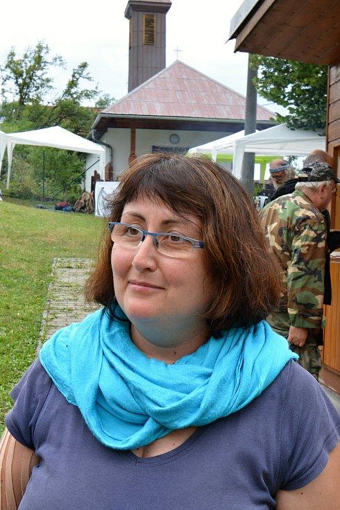 Téměř tři stovky věrných návštěvníků přijely 27. července 2019 i přes uplakané počasí na Pulčín na 24. Amfolkfest. Hlavní pořadatelka Eva Endy Rohlenová.