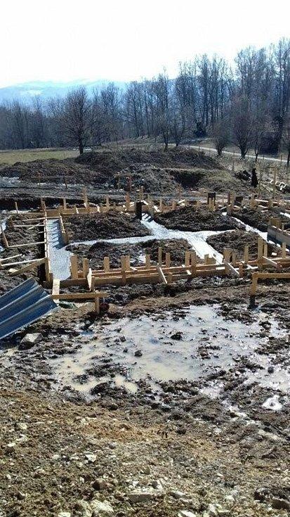 Ve Valašském muzeu v přírodě v Rožnově pod Radhoštěm budují nový areál zaměřený s názvem Kolibiska (na snímku základy hájovny z Valašské Bystřice)