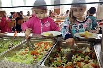 Děti na Základní škole Sychrov ve Vsetíně mohou nově využívat salátový bar.