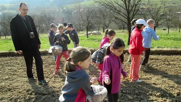 Pořad pro děti Od zrníčka ke chlebíčku začal ve Francově Lhotě tradičně setím obilí.