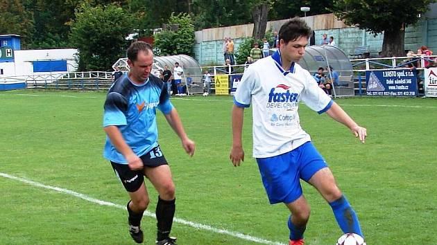 V utkání vsetínskího okresního přeboru Vsetín B (v bílém) – Ratiboř se radovali z výhry 3:0 hosté.