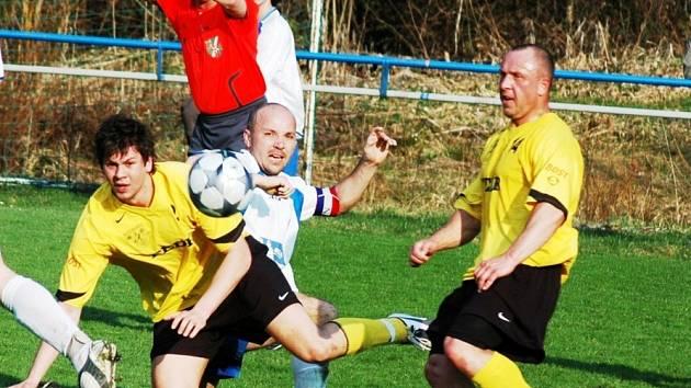 Fotbalisté Kateřinic (ve žlutém) zajíždějí do Vigantic
