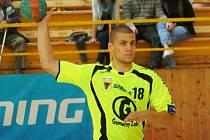 Lukáš Václav (s míčem) měl nabitý víkend. Nejprve v sobotu dvanácti brankami dotáhl k vítězství B tým Zubří ve Vsetíně, pak v neděli přidal i tři branky za extraligové áčko proti Lovosicím.