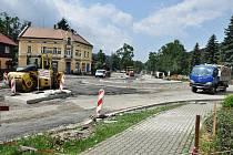 Ve Velkých Karlovicích pokračuje stavba okružní křižovatky na rozcestí Soláň