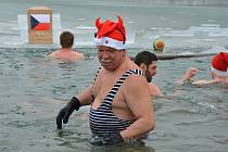 Tradiční Štěpánské plavání pořádá v ledových vodách zamrzlého valašského Balatonu oddíl otužilců Karolinští hřebci